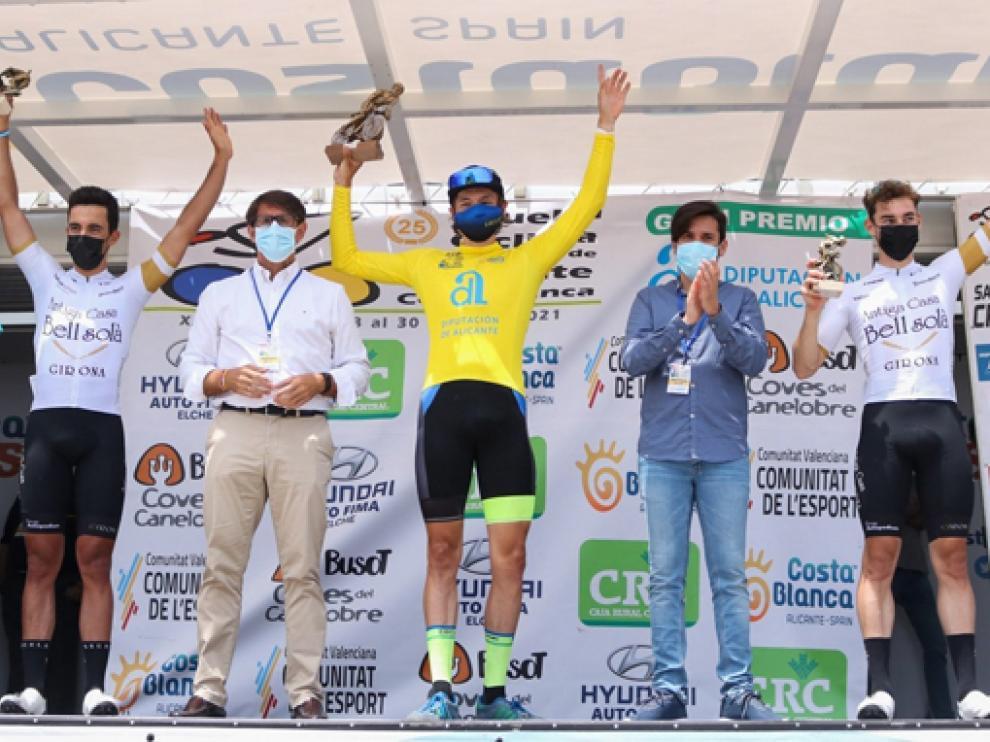 Perry, de amarillo en el podio final de la vuelta que arrancó el viernes y finalizó ayer.