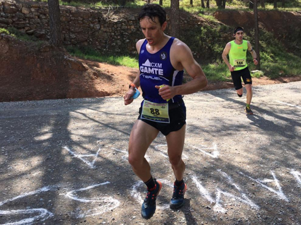 Uno de los corredores, durante la carrera de este domingo en Teruel.