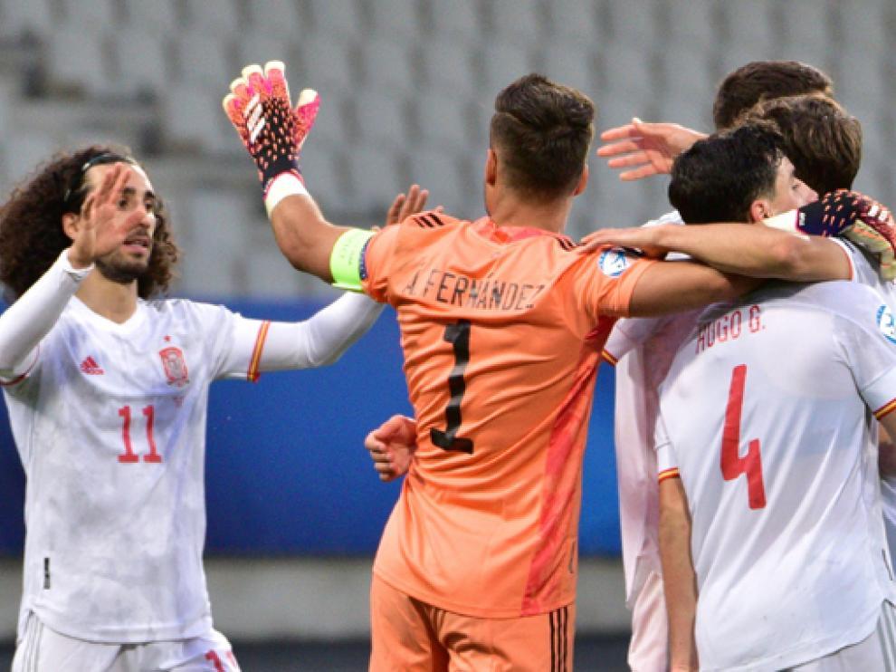 Álvaro Fernández, que fue el capitán de la sub-21, celebra el gol de la victoria con sus compañeros.