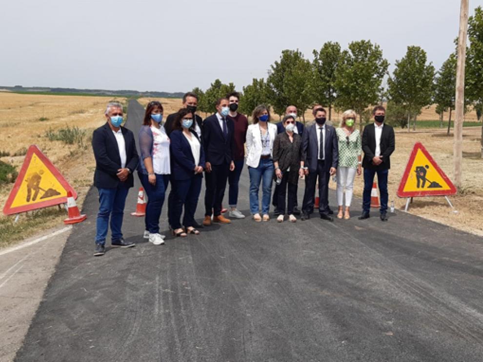 Las autoridades, en la visita de un camino situado en la provincia de Lérida.