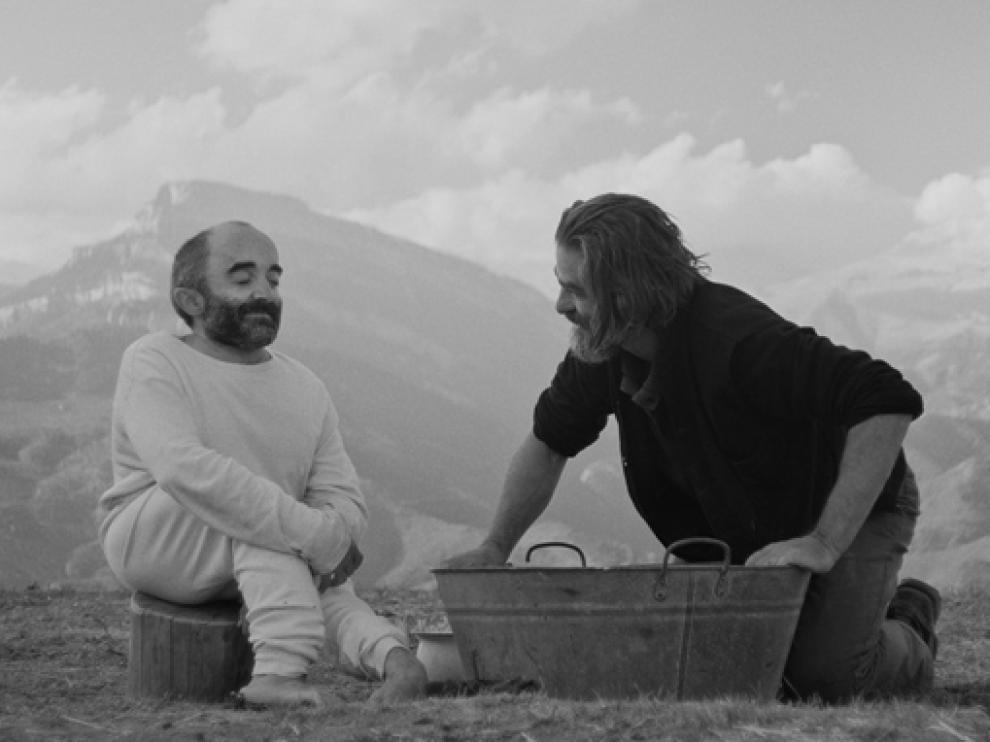 Los actores Íñigo Martínez Sagastizabal y Gonzalo Cunill en una imagen de la película Armugán.
