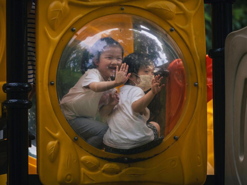 Niños jugando en un parque infantil este lunes, cuando se conoció la decisión del país.