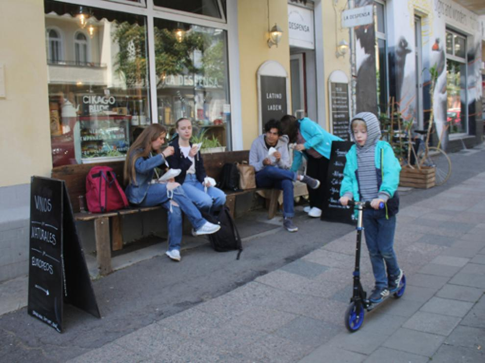 Clientes comiendo en el banco de una tienda de Berlín ahora que en el país se pide una PCR negativa para ocupar una terraza.