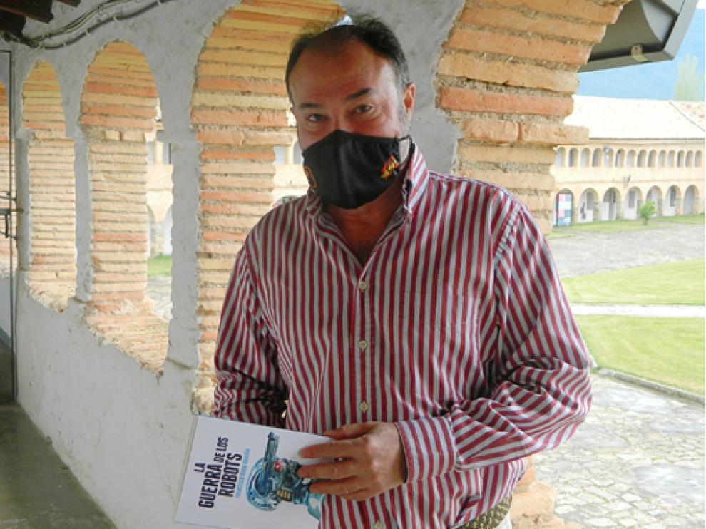 El coronel Francisco Rubio, con su nuevo libro, en la Ciudadela de Jaca.