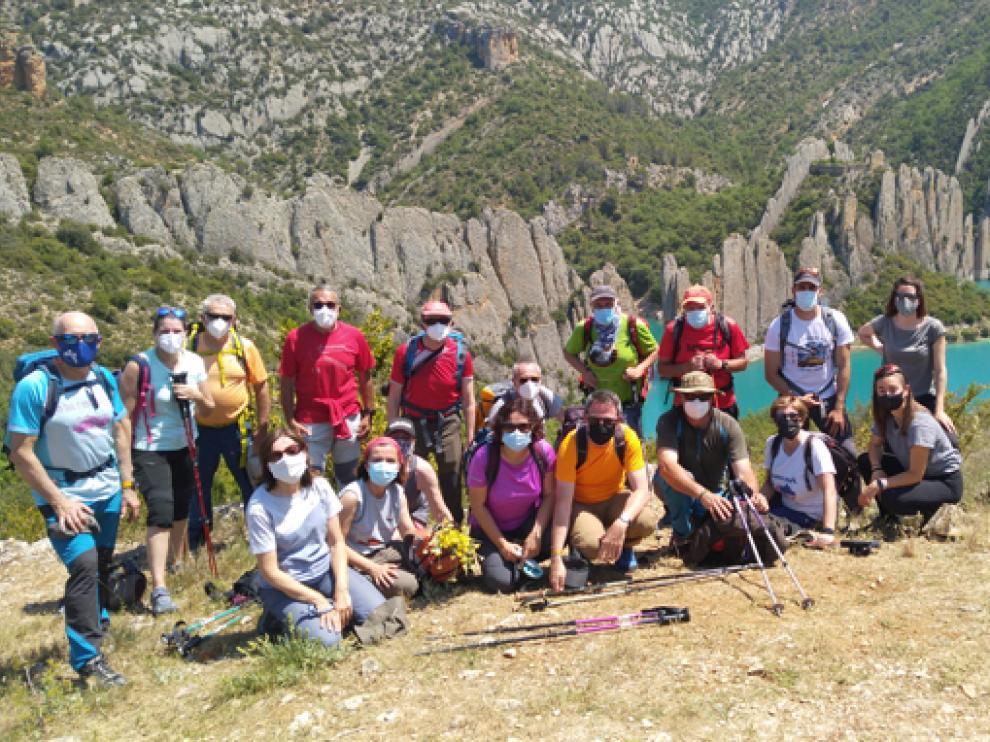 El grupo, junto al espectacular paredón rocoso.