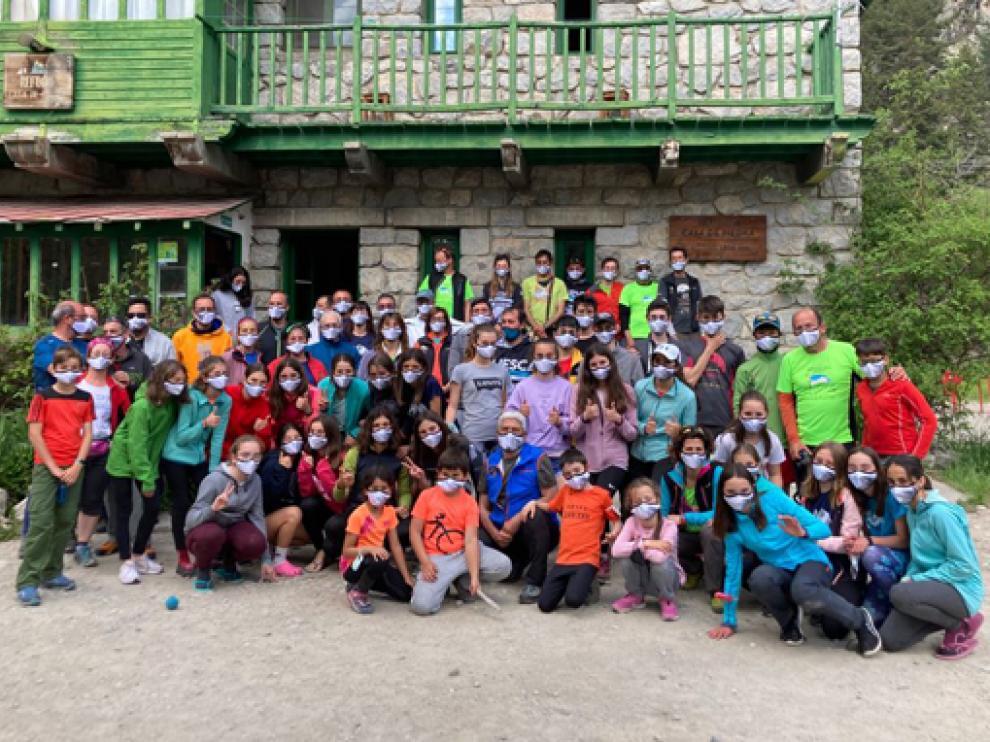 El numeroso grupo, junto al refugio Casa de Piedra.