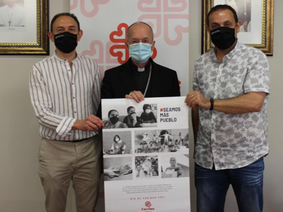 El obispo de Huesca y Jaca, Julián Ruiz, ayer junto a Felipe Munuera (i) y Jaime Esparrach.
