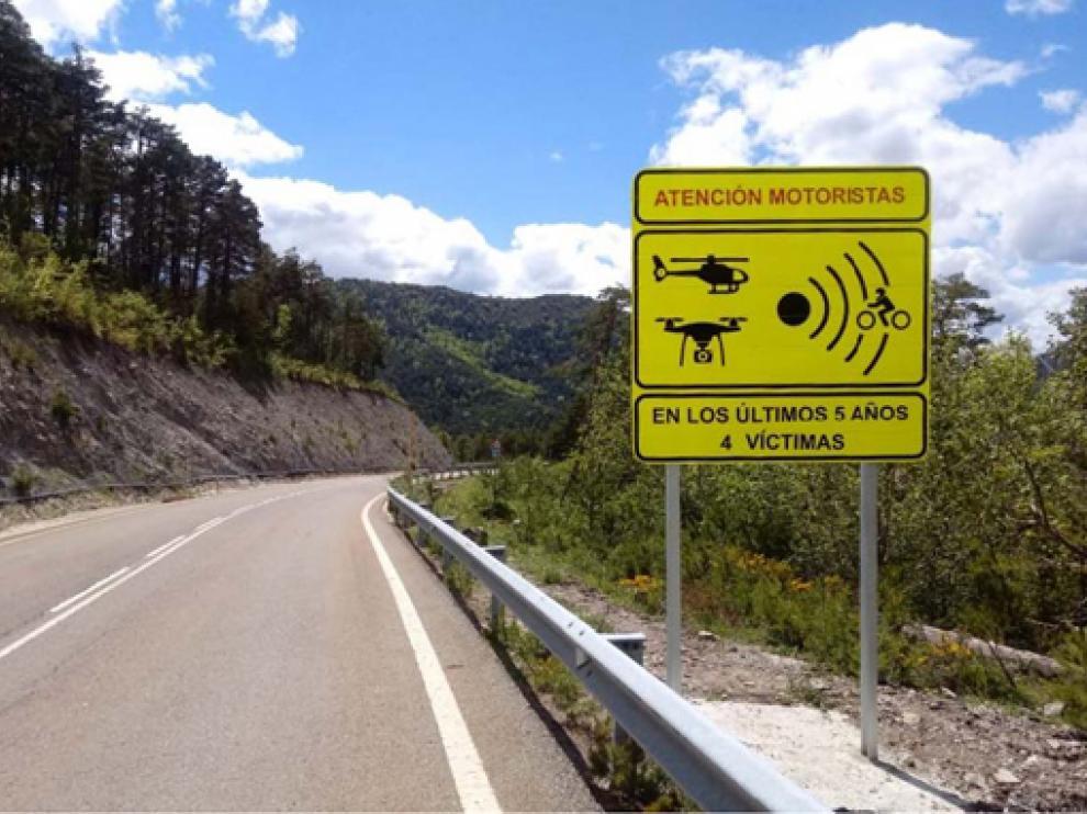 Uno de los carteles instalados en la A-176, que une las localidades de Hecho y Ansó, por la alta siniestralidad de motocicletas.