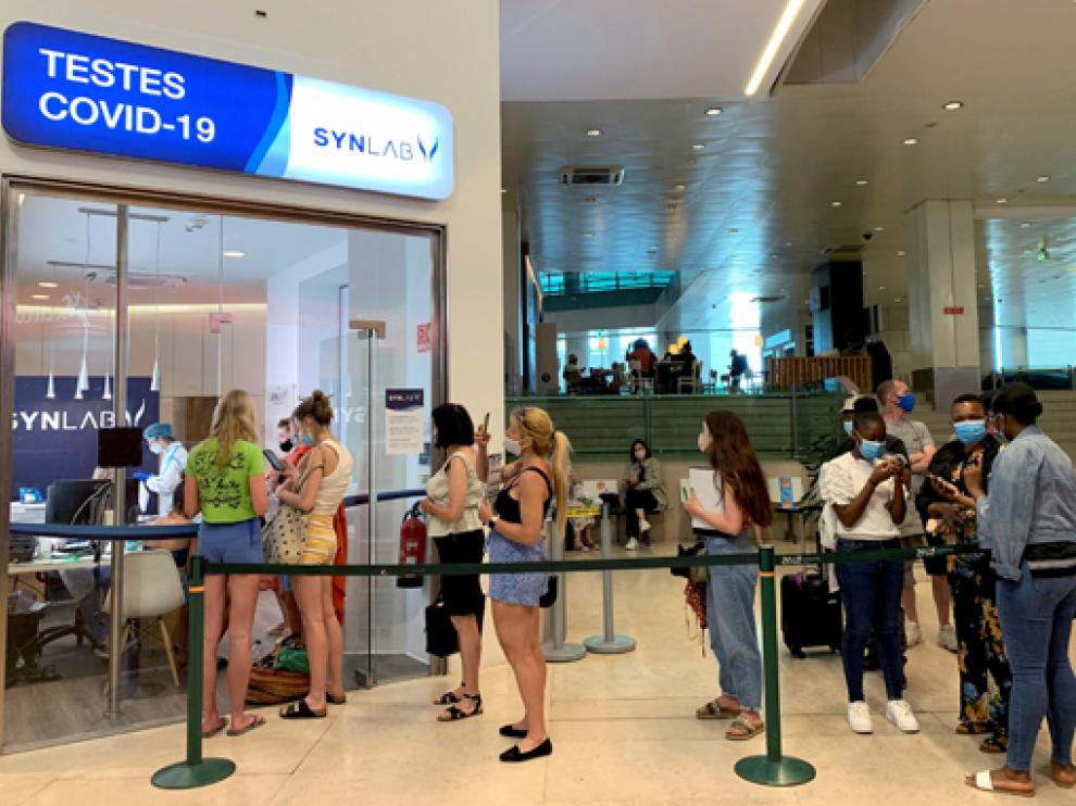 """Colas de viajeros ayer en el aeropuerto de Lisboa tras retirar Londres al país de su """"lista verde"""" de destinos seguros."""