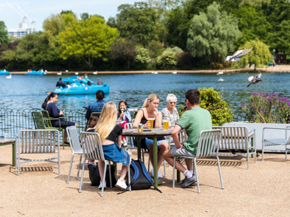 El buen tiempo ha llenado de visitantes esta semana Hyde Park en la capital británica.
