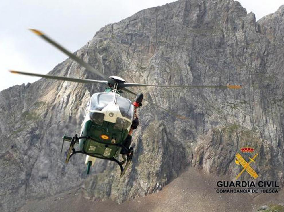 El helicóptero de la Guardia Civil de Huesca en una intervención en montaña.