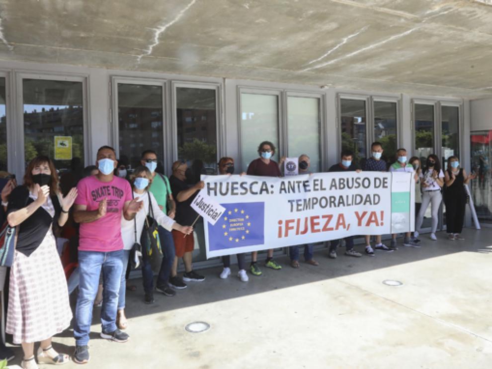 Interinos del Ayuntamiento, concentrados antes del pleno en el que se aprobó una moción sobre estos trabajadores.