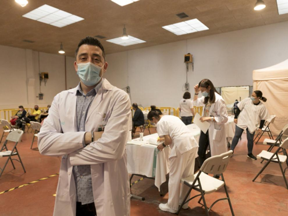 Iván Carpi, jefe de Enfermería de Primaria de Huesca, en el local de vacunación masiva.