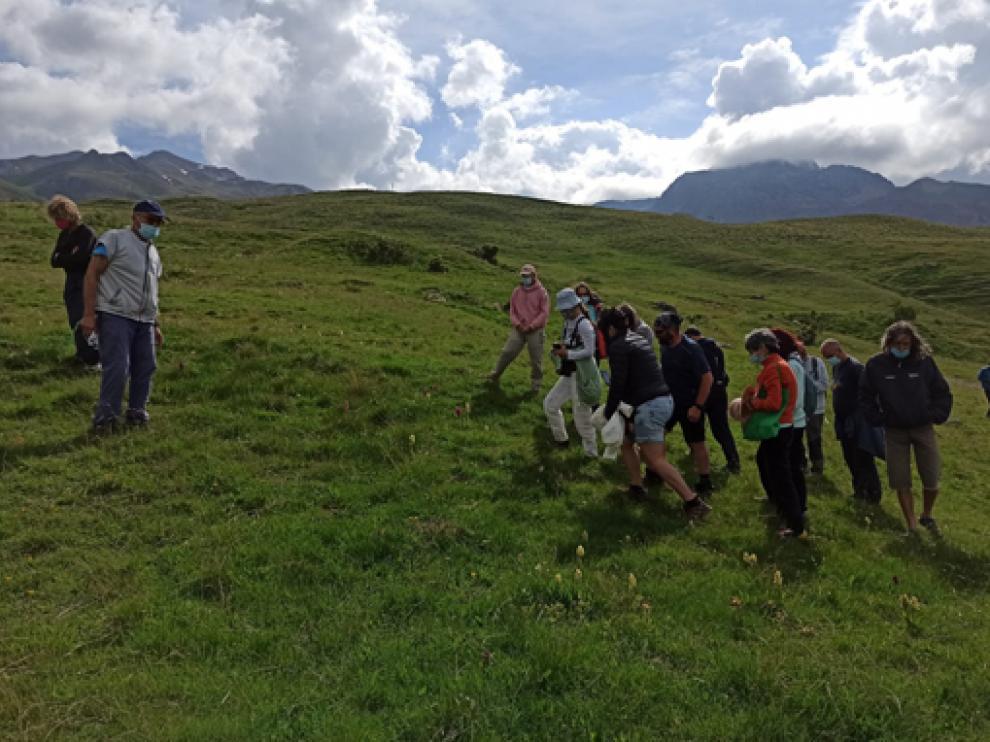 Participantes en la visita a uno de los enclaves naturales con orquídeas, durante la jornada de ayer.