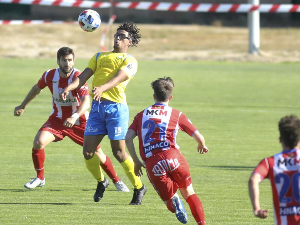 Almudévar y Atlético Monzón ofrecieron un partidazo a los aficionados en La Corona.