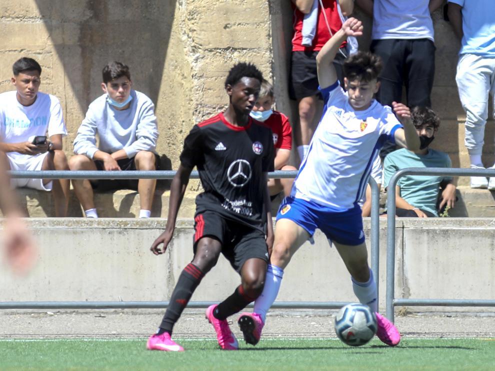 Ellingthon, que abrió el marcador, pugna con un jugador del Zaragoza.