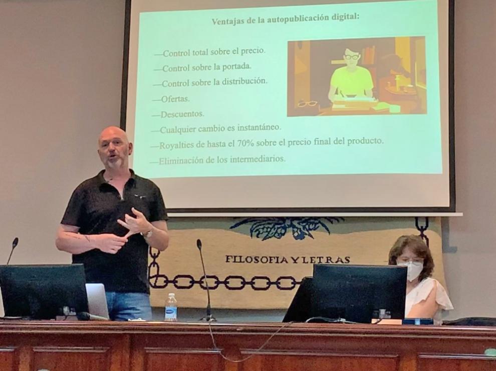 Esteban Navarro durante la charla que ofreció en la Facultad de Filosofía y Letras de Málaga