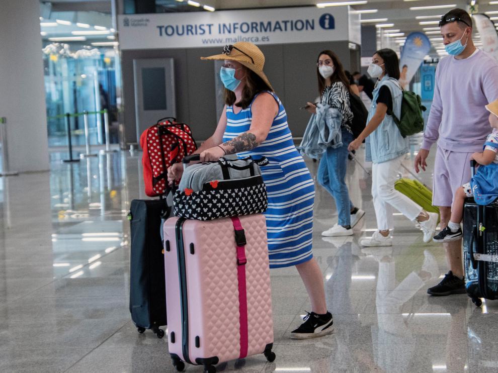 Turistas llegando este lunes al aeropuerto de Son San Joan de Palma de Mallorca