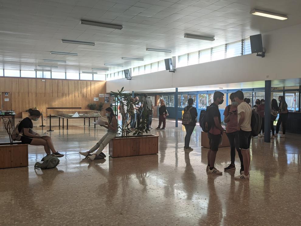 Imágenes de los minutos previos al comienzo de la Evau en una de las sedes de Huesca