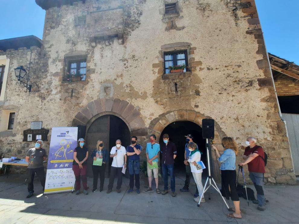 Los implicados en el documento suscrito, frente a la casa natal de Joaquín Maurín en Bonansa
