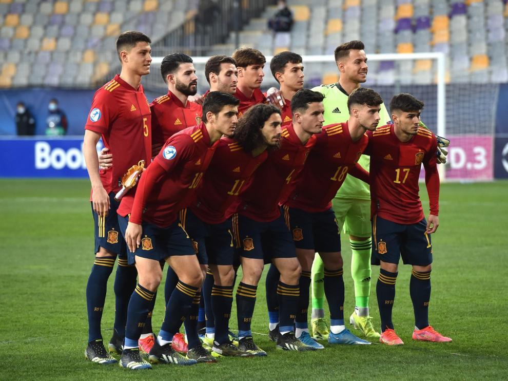 Imagen de un once de la selección sub-21 con Álvaro como titular.