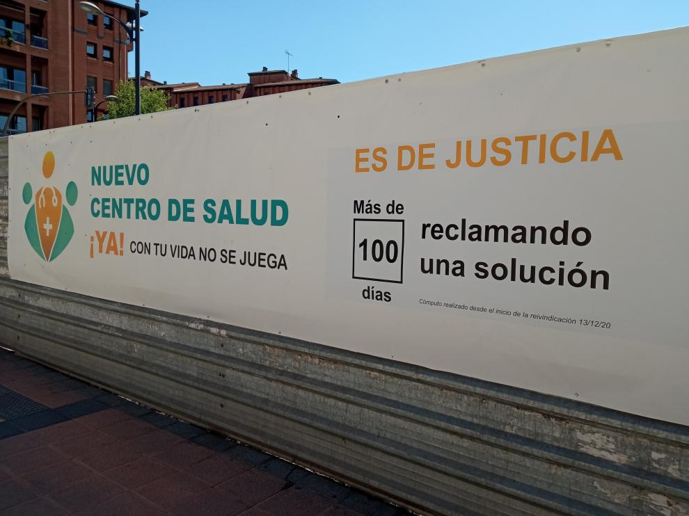 Pancarta que reclama el nuevo centro de salud.