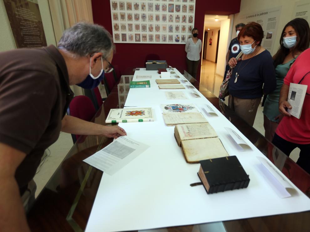 Imagen de una de las visitas guiadas realizadas ayer en el Archivo Histórico Provincial de Huesca.