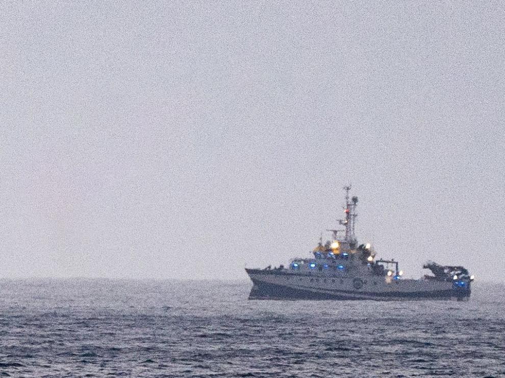 El buque oceanográfico ha localizado este lunes una botella de oxígeno y una sábana bajo el mar.