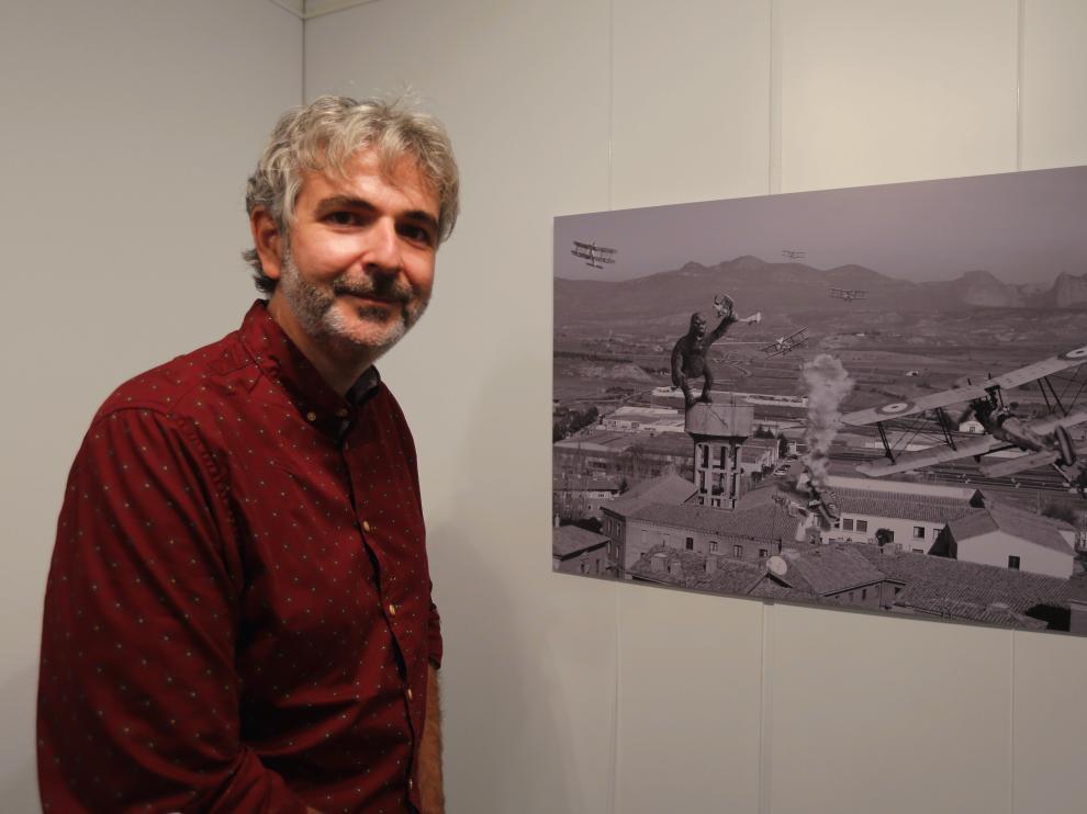 Iván Rodríguez ante la obra que sitúa a King Kong sobre el viejo depósito de agua de Huesca.