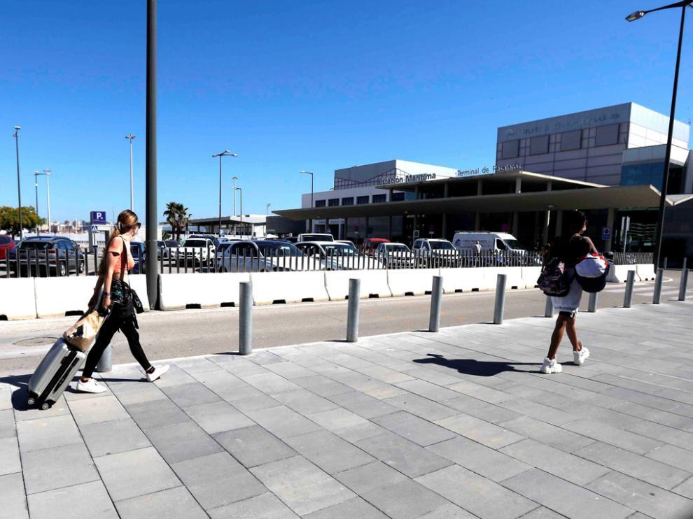 Imagen de la jornada de ayer donde dos personas se dirigen hacia la estación marítima de Algeciras.