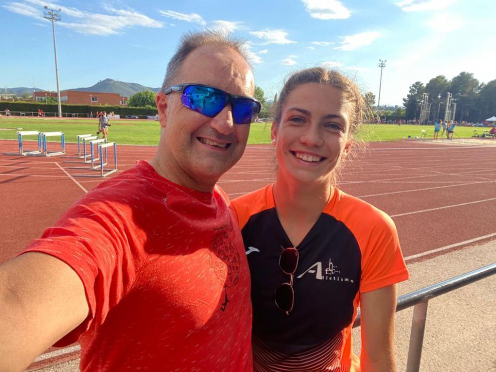 La atleta fragatina Noemí García junto a Phondy, su entrenador.
