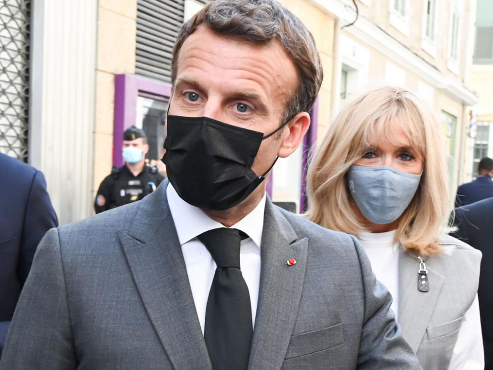 Valence (France), 08/06/2021.- French President Emmanuel Macron (L), his wife Brigitte Macron (C) and the mayor of Valence Nicolas Daragon (R) walk in a street in Valence, France, 08 June 2021. Macron is on a visit in the French southeastern department of Drome, the second stage of a nationwide tour ahead of next year's presidential election. (Francia, Roma) EFE/EPA/PHILIPPE DESMAZES / POOL MAXPPP OUT Macron in Valence