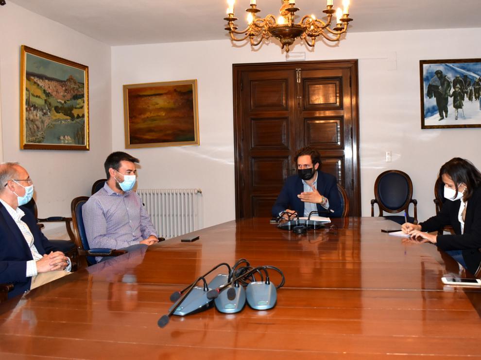 reunión de trabajo mantenida entre el Ayuntamiento y los responsables de la Universidad de la Experiencia para preparar el próximo curso.