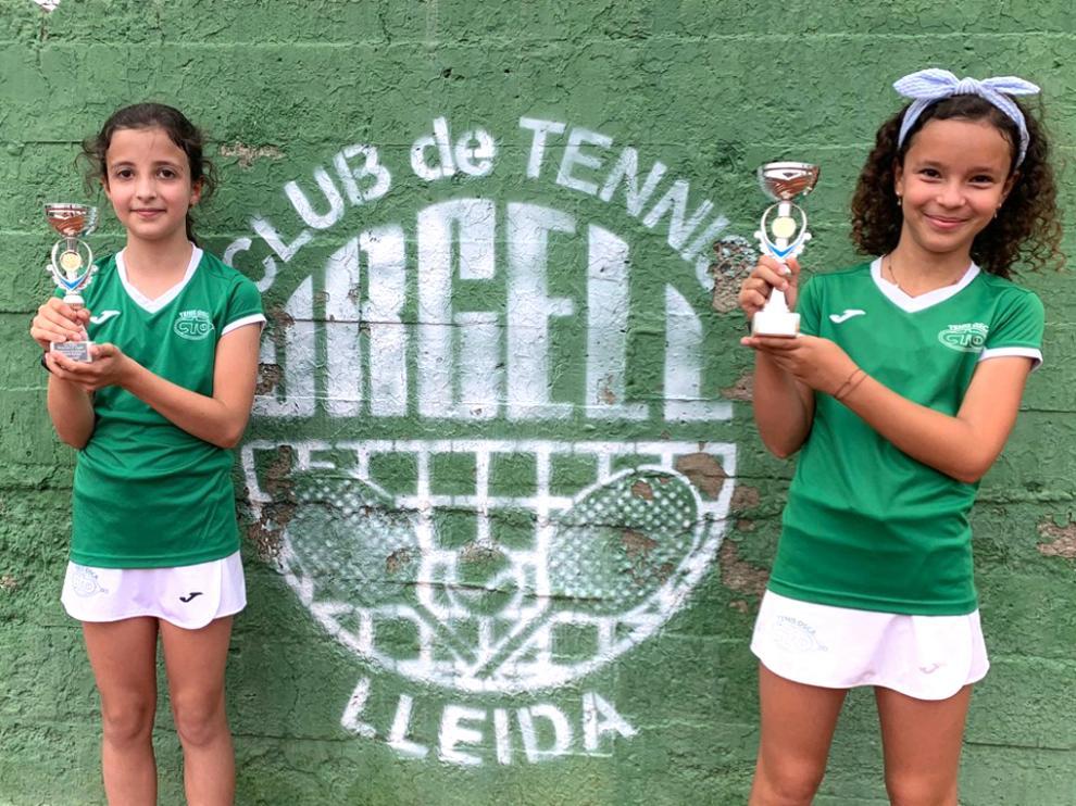 Sara Houghton y Olivia García, con sus trofeos en el torneo celebrado en el CT Urgell de Lérida.