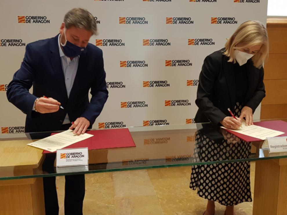 José Luis Soro junto a María de los Ángeles Ruiz durante la firma del convenio.