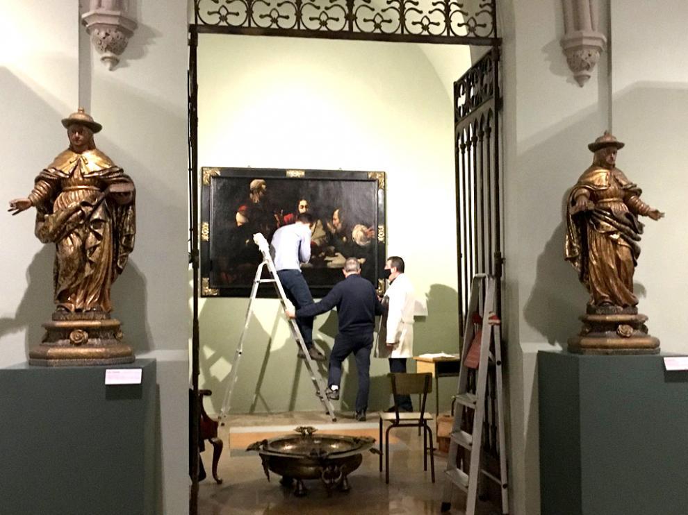 Los investigadores del Campus de Huesca trabajando en el cuadro Los discípulos de Emaús el Museo Diocesano de Huesca