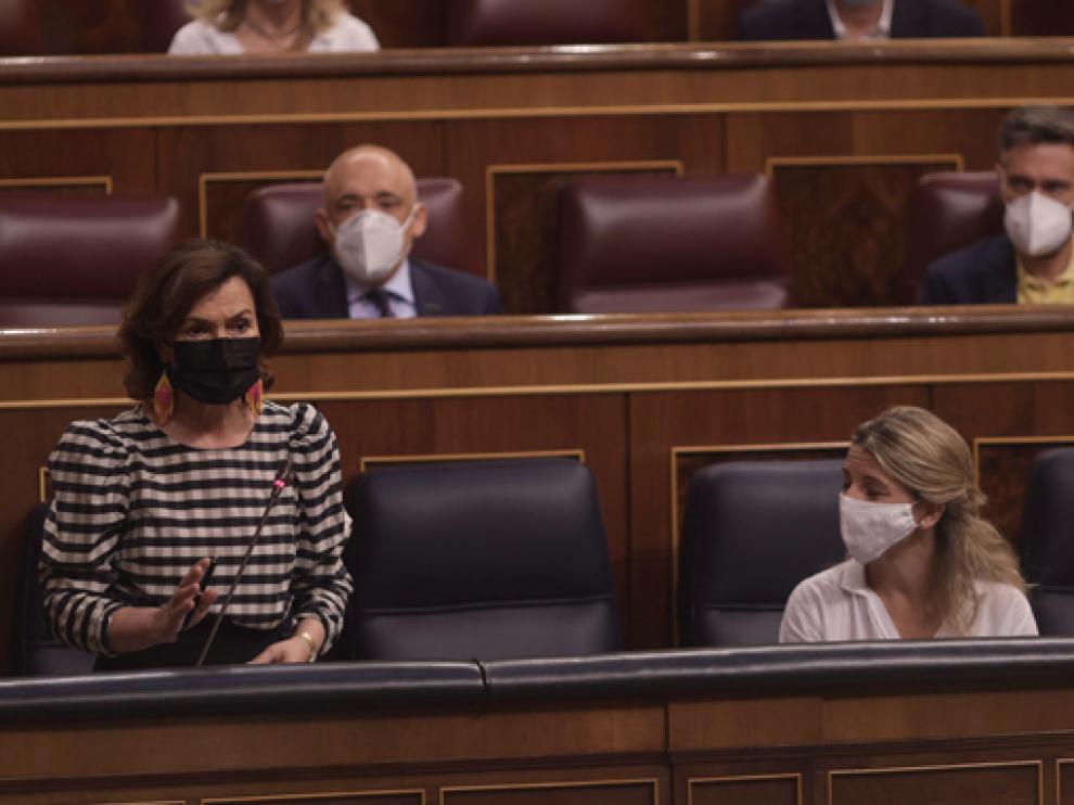 Calvo (izquierda) interviene en la sesión de ayer ante la atenta mirada de Yolanda Díaz (derecha).
