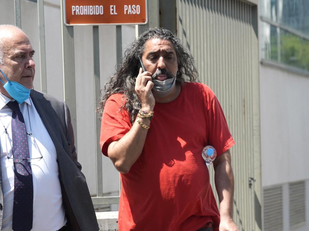 El cantaor Diego El Cigala sale de los juzgados tras quedar en libertad incondicional junto a uno de sus abogados en Madrid