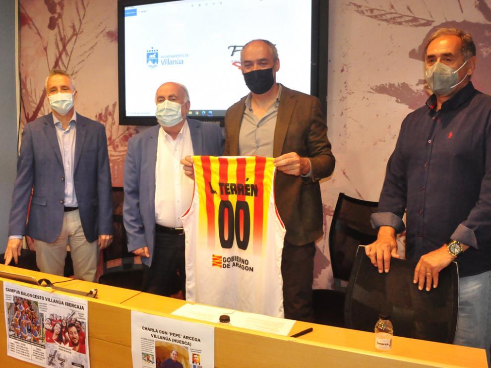 Entrega de una camiseta de la selección aragonesa de baloncesto al alcalde de Villanúa