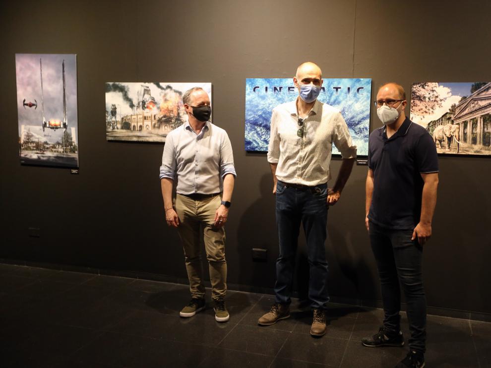 Raúl Sunn en la inauguración de su exposición flanqueado por Ramón Lasosa y Rubén Moreno