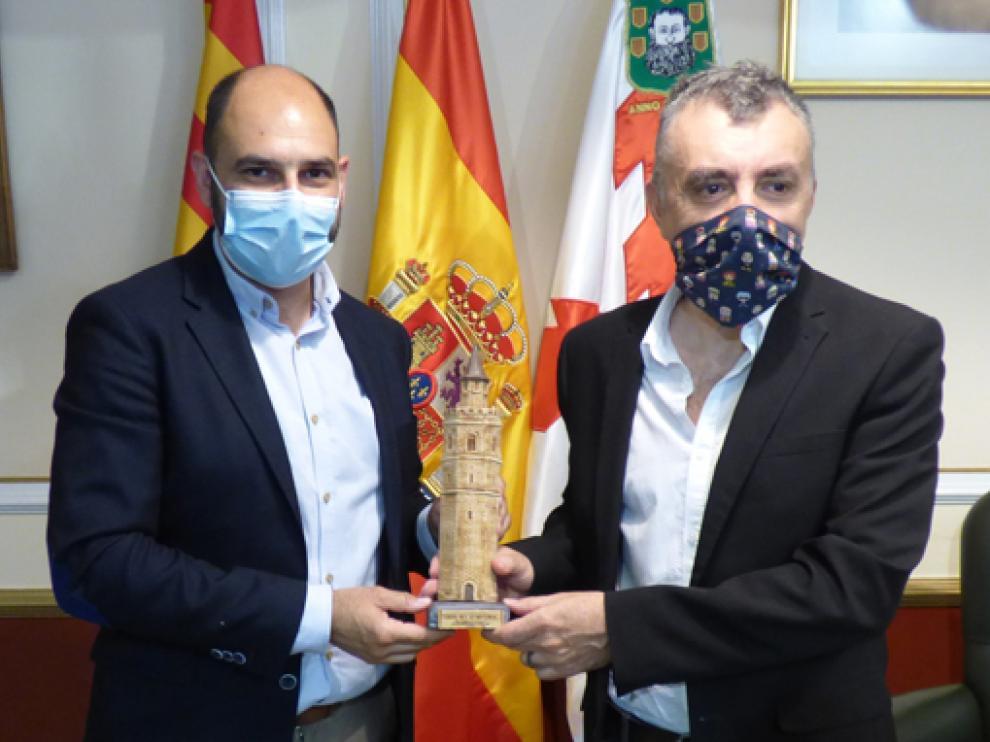 Fernando Torres recibió a Manuel Vilas en el Ayuntamiento de Barbastro.