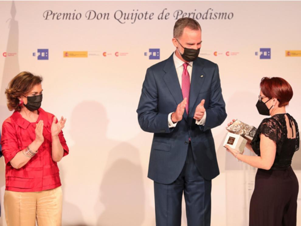 La periodista chilena Taña Soledad Opazo (derecha) recibe de manos del rey Felipe uno de los galardones.
