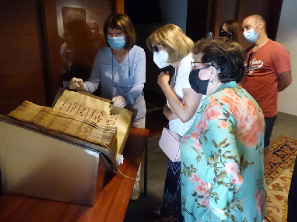 Margarita Rodríguez de Alisal mostró las curiosidades del Archivo al público.