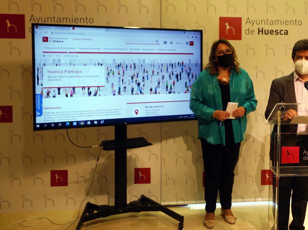 Rosa Serrano y Luis Felipe, presentando la web de participación ciudadana.