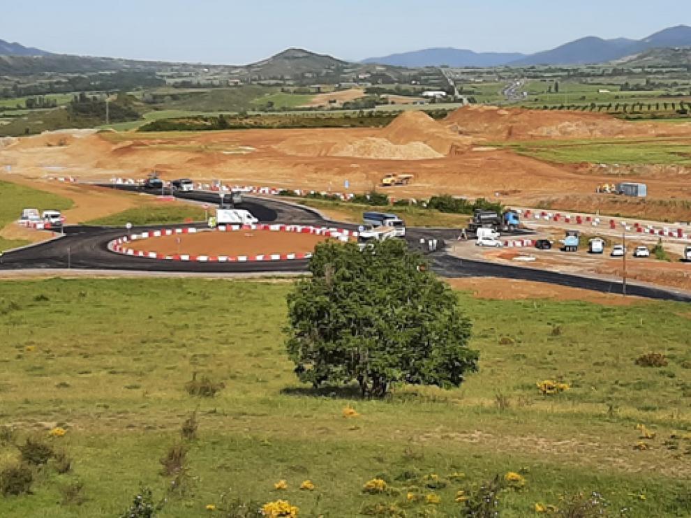 Aspecto que presenta la rotonda en las inmediaciones del pueblo de Cartirana, tras los trabajos de asfaltado.