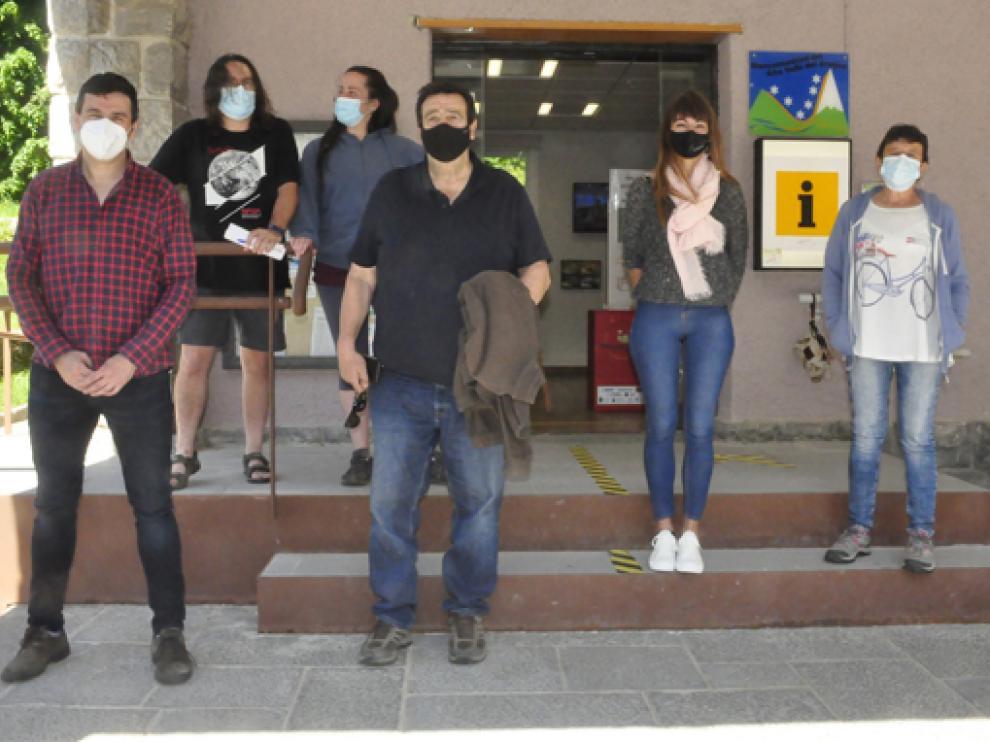 El alcalde de Canfranc (a la izquierda) y cinco de los concejales, a la entrada de la Oficina de Turismo.