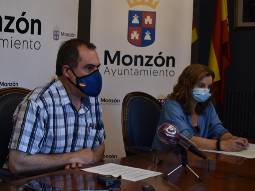 El concejal de Servicios Sociales, Salvador Sarrado, y la trabajadora social del área, Jazmina Hernández