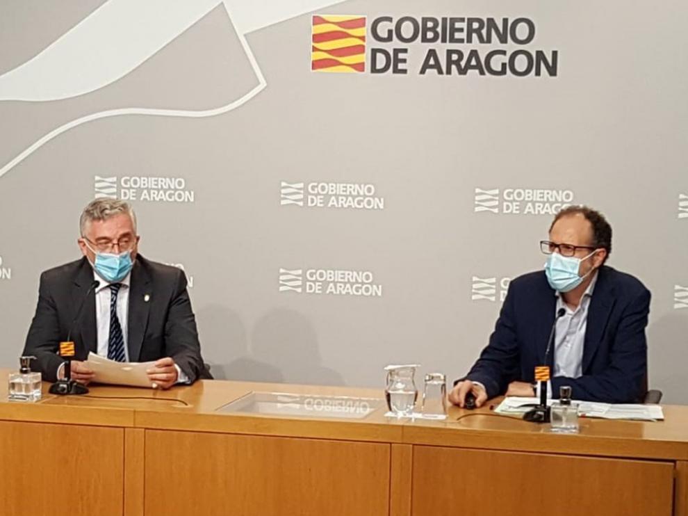 El consejero de Agricultura, Ganadería y Medio Ambiente del Gobierno de Aragón, Joaquín Olona, (izda) y el director general de Desarrollo Rural, Jesús Nogués.