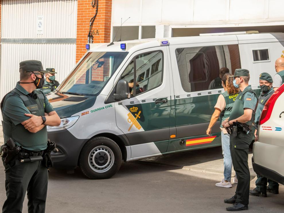El detenido por el asesinato de Rocío Caíz en Estepa (Sevilla), sale de su domicilio en un furgón de la Guardia Civil tras la reconstrucción de los hechos