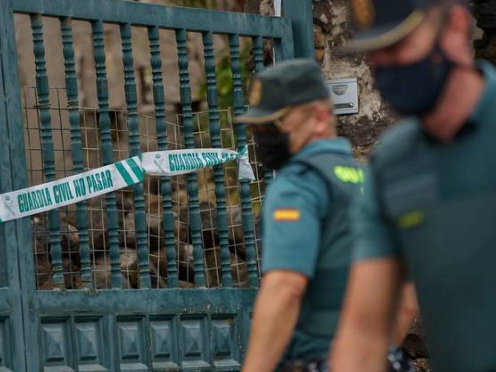 Guardia civil durante la inspección de la casa de Tomás Gimeno